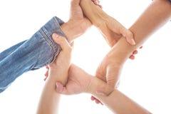 Ręki w chwytać nadgarstek wpólnie i trzymać w światowym jedności i pokoju współpracy tle odizolowywali białego tło z słońcem obraz royalty free