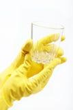 Ręki w gumowych rękawiczkach czyścić szkło. Obrazy Royalty Free