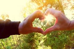 Ręki w hearth kształcie obraz stock