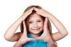 Ręki w kształcie dom wokoło dziewczyny stawiają czoło Zdjęcia Stock