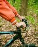 Ręki w mienia handlebar bicykl obrazy stock