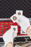 Ręki w rękawiczka chwycie podrzucają z poborca monetami obrazy royalty free