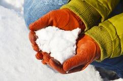 Ręki w rękawiczkach trzymają śnieg Fotografia Stock