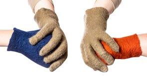 Ręki w zielonych rękawiczkach rozszczepiają pięści w kolor rękawiczkach zdjęcie royalty free