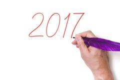 2017 Ręki writing liczy purpury pióro na białym tle Obraz Stock