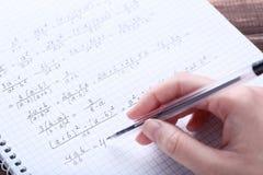 Ręki writing maths formuły obrazy royalty free