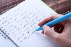 Ręki writing maths formuły obraz royalty free
