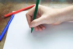 Ręki writing na bielu prześcieradle Fotografia Royalty Free
