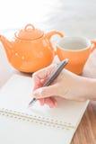 Ręki writing na zieleni czyta nutowego papier Fotografia Royalty Free