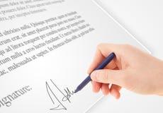 Ręki writing osobisty podpis na papierowej formie Zdjęcia Stock