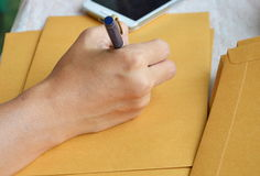 Ręki writing outside adres na brown kopercie obraz stock