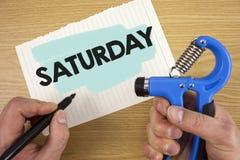 ręki writing pokazuje Sobotę Biznesowa fotografia pokazuje Pierwszy dzień weekendowy Relaksujący czasu wakacje czasu wolnego mome Obrazy Royalty Free