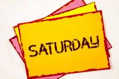 ręki writing pokazuje Sobotę Biznesowa fotografia pokazuje Pierwszy dzień weekendowy Relaksujący czasu wakacje czasu wolnego mome Zdjęcie Stock