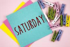 ręki writing pokazuje Sobotę Biznesowa fotografia pokazuje Pierwszy dzień weekendowy Relaksujący czasu wakacje czasu wolnego mome Fotografia Royalty Free