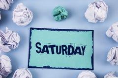 ręki writing pokazuje Sobotę Biznesowa fotografia pokazuje Pierwszy dzień weekendowy Relaksujący czasu wakacje czasu wolnego mome Zdjęcie Royalty Free