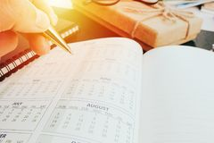 Ręki writing pusty planistyczny notatnik na biurku używa my organizatora rozkładu życie lub biznesu planisty pojęcie Fotografia Royalty Free