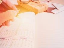 Ręki writing pusty planistyczny notatnik na biurku używa my organizatora rozkładu życie lub biznesu planisty pojęcie Obrazy Royalty Free