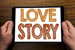 Ręki writing teksta podpis Love Story Biznesowy pojęcie dla Kochać Someone Kierowy Pisać na pastylka laptopie, drewniany tło z Zdjęcie Royalty Free