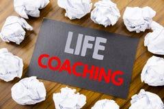 Ręki writing teksta podpis pokazuje życia trenowanie Biznesowy pojęcie dla ogłoszenie towarzyskie trenera pomocy pisać na kleisty zdjęcie stock