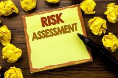 Ręki writing teksta podpis pokazuje ocenę ryzyka Biznesowy pojęcie dla Zbawczego niebezpieczeństwa Analizuje Pisze na kleistym nu Fotografia Stock