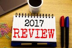Ręki writing teksta podpis pokazuje 2017 przegląd Biznesowy pojęcie dla Rocznego Zbiorczego raportu pisać na notatnik książce na  Obrazy Royalty Free