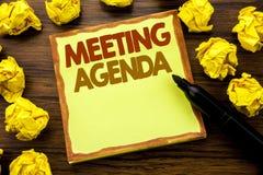 Ręki writing teksta podpis pokazuje spotkanie agendę Biznesowy pojęcie dla Biznesowego rozkładu planu Pisać na kleistym nutowym p Zdjęcie Royalty Free