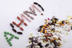 Ręki writing teksta podpisu inspiraci opieki medycznej zdrowie pojęcie pisać z pigułka leków kapsuły słowem ah1n1 Na białych półd Zdjęcia Stock