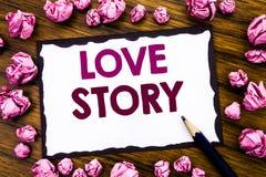 Ręki writing teksta podpisu inspiracja pokazuje Love Story Biznesowy pojęcie dla Kochać Someone Kierowy Pisać na kleistym nutowym Obrazy Royalty Free