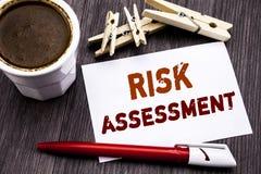 Ręki writing teksta podpisu inspiracja pokazuje ocenę ryzyka Biznesowy pojęcie dla Zbawczego niebezpieczeństwa Analizuję pisać na Obraz Royalty Free