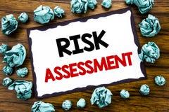 Ręki writing teksta podpisu inspiracja pokazuje ocenę ryzyka Biznesowy pojęcie dla Zbawczego niebezpieczeństwa Analizuję pisać na Zdjęcia Stock