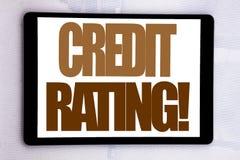 Ręki writing teksta podpisu inspiracja pokazuje ocenę zdolności kredytowych Biznesowy pojęcie dla Finansowej wynik historii pisać obraz stock