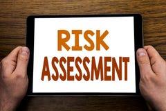 Ręki writing teksta podpisu ocena ryzyka Biznesowy pojęcie dla Zbawczego niebezpieczeństwa Analizuje Pisze na pastylka laptopie,  Obraz Royalty Free