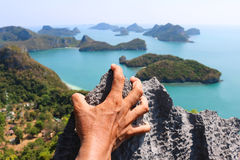 Ręki wspina się skałę przy punktu widzenia Angthong wyspą Zdjęcie Stock