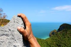 Ręki wspina się skałę przy punktu widzenia Angthong wyspą Zdjęcie Royalty Free