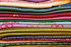 Ręki wyplatać tkaniny Fotografia Royalty Free