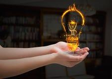 ręki z światłem podpalają ikonę w żywym pokoju Obrazy Stock