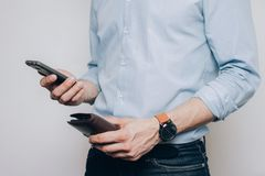 Ręki z brązu telefonem i portflem obraz stock