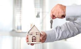 Ręki z domem i kluczem, nieruchomości pojęcie Zdjęcie Royalty Free