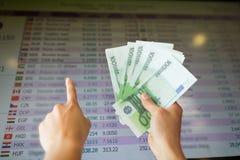 Ręki z euro pieniądze nad wymian walut tempami Zdjęcia Royalty Free