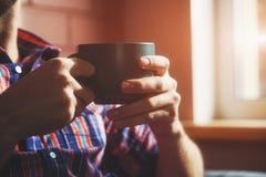 Ręki z filiżanką herbata lub kawa Zdjęcie Stock