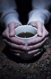 Ręki z herbacianą filiżanką Zdjęcia Royalty Free