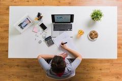 Ręki z kalkulatorem i papierami przy biuro stołem Obrazy Stock