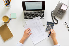 Ręki z kalkulatorem i papierami przy biuro stołem Fotografia Royalty Free