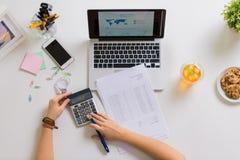 Ręki z kalkulatorem i papierami przy biuro stołem Zdjęcia Royalty Free