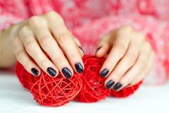 Ręki z manicure dekoraci wzruszającymi piłkami Obrazy Royalty Free