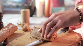 Ręki z nożowym tnącym baguette zbiory