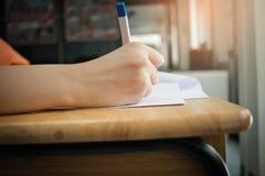 Ręki z ołówkiem nad podaniową formą, ucznie bierze egzaminy, Zdjęcie Stock