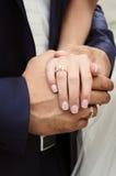 Ręki z obrączkami ślubnymi Fotografia Stock