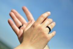 Ręki z obrączkami ślubnymi Obraz Stock