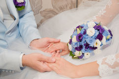 Ręki z obrączkami ślubnymi i ślubu bukietem Obrazy Stock